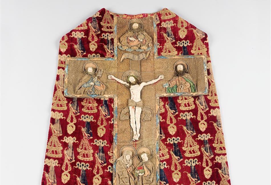 Kasel (Messgewand) mit Kreuzigung Christi Gewandstoff: um 1400, Stickerei: Frühes 16. Jahrhundert  Diözesane Sammlung Leni Deinhardstein, Lisa Rastl, Dom Museum Wien