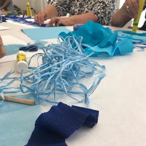"""Teilnehmer_innen beim """"Kunst_Werk"""" Workshop betätigen sich kreativ im Dom Atelier."""