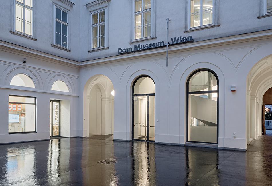 Die Rückseite des Eingangsbereichs des Dom Museum Wien im Zwettlerhof, mit dem Dom Atelier auf der linken Seite. Foto: Hertha Hurnaus