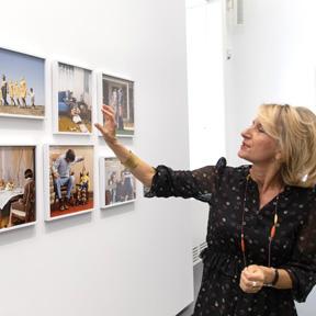 Johanna Schwanberg, Direktorin des Dom Museum Wien, bei einem Rundgang durch die Ausstellung