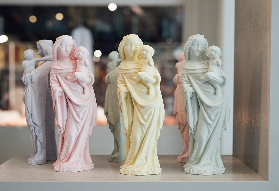 Eine Edition von Gipsabgüssen der Wischataler Madonna vom Atelier Gurtner, exklusiv erhältlich im Museumsshop im Dom Museum Wien. Foto: Marlene Fröhlich, LuxundLumen.com