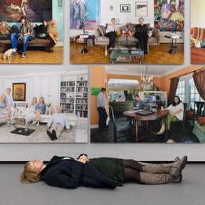 Die Künstlerin Katharina Mayer vor Ihren Fotos im Dom Museum Wien. Foto (c) eSeL.at - Lorenz Seidler