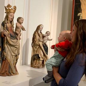 Teilnehmer_innen an der Baby Tour im Dom Museum Wien.