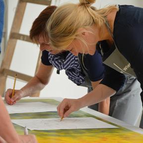 Teilnehmerinnen and einem Kreativworkshop im Dom Atelier.