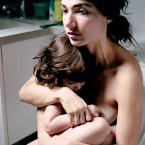 Elinor Carucci, Holding Emmanuelle (Detail), 2008. Courtesy Gallery Fifty One, Antwerp. Foto: Elinor Carucci