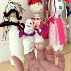 Eine aus Gipsbinden kreierte kleine Figur fürs eigene Fingerspiel, mit allem möglichem Glitzermaterial fantasievoll dekoriert.