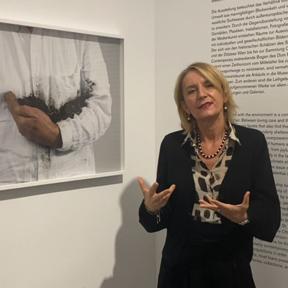 """Johanna Schwanberg in der Ausstellung """"Fragile Schöpfung"""""""