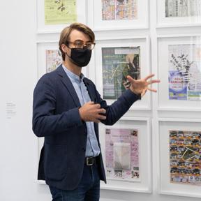 """Klaus Speidel in der Ausstellung """"Fragile Schöpfung"""" Foto: eSeL.at - Lorenz Seidler"""