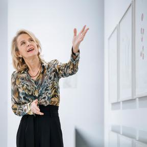 """Johanna Schwanberg in der Ausstellung """"Fragile Schöpfung"""". Foto: Marlene Fröhlich, LuxundLumen.com"""