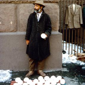 David Hammons, Bliz-aard Ball Sale (Detail), 1983. Courtesy Tilton Gallery, New York. Foto: Dawoud Bey