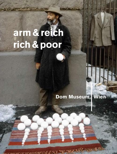 Katalogcover arm & reich (Abb.: David Hammons, Bliz-aard Ball Sale, 1983. Courtesy Tilton Gallery, New York. Foto: Dawoud Bey)